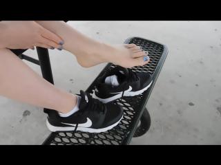 Школьница сняла кроссовки и носки (pantyhose stocking socks feet footfetish sexy panties носки чулки колготки ноги фут фетиш)