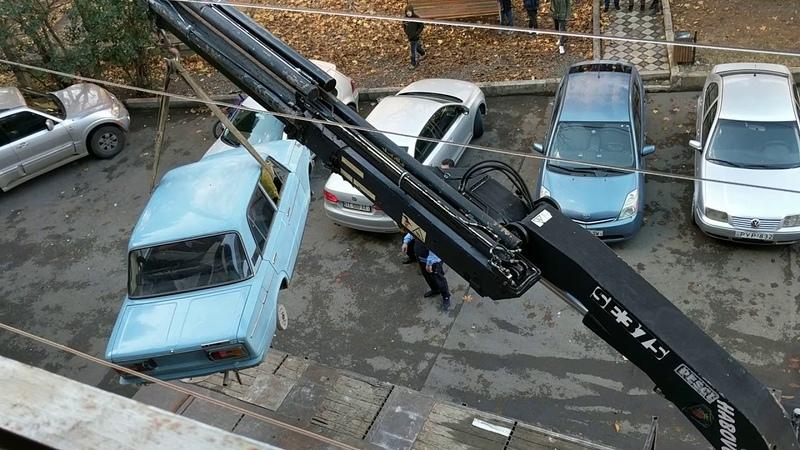 Видеофакт. С балкона хрущевки в Тбилиси сняли жигули, простоявшие там 27 лет. Автомобиль простоял без движения 27 лет