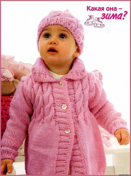 Вязаное спицами пальто для