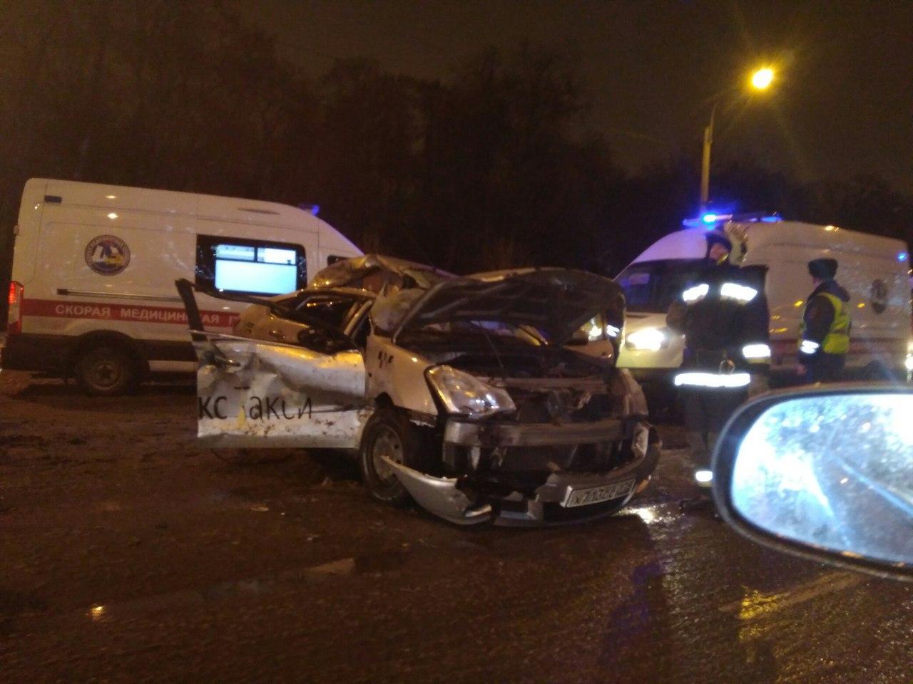 В Петербурге водитель иномарки выехал на встречку и врезался в снегоуборочную технику