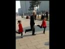 дед танцует с внучками