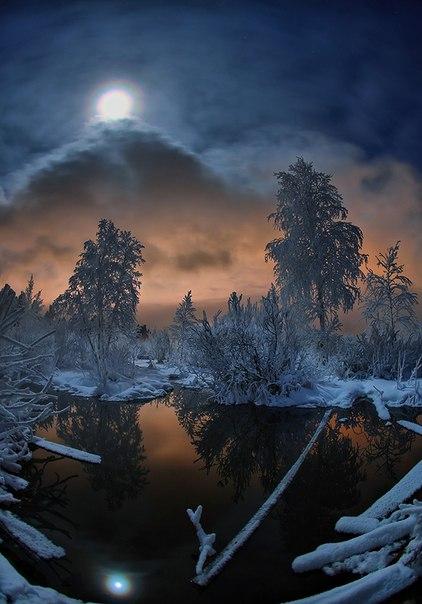 «Дом восходящей Луны». Автор фото — Борис Полозков: nat-geo.ru/photo/user/9060/ Спокойной ночи!