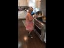 Бабушка танцует под реггетон музыки во время готовки