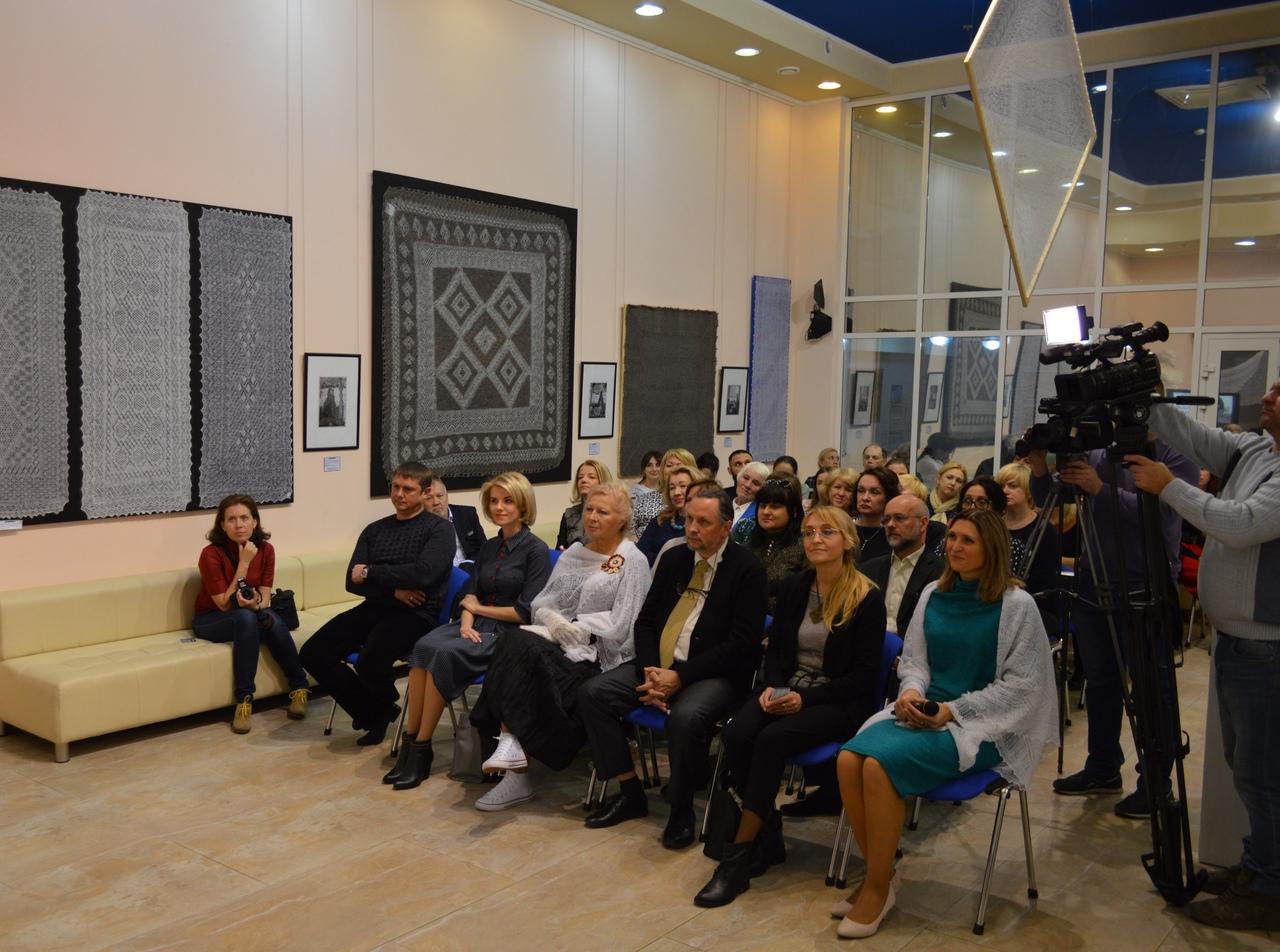 В ХМ «Арт-Донбасс» открылась уникальная выставка «Оренбургский пуховый платок»