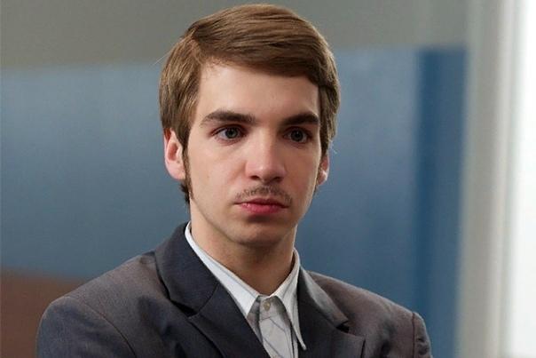 Даниил Вахрушев Даниил Вахрушев молодой актёр российского кино, известный многим из нас по ролям в сериалах «Физрук», «Закон каменных джунглей» и «Студия 17». Родился Даниил Вахрушев в апреле