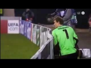 Вратарь Штутгарта Йенс Леманн отливает за воротами прямо...