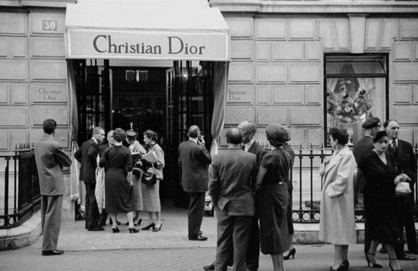 Как Кристиан Диор завоевывал мир высокой моды и доверие британской королевской семьи 2 февраля в музее V&A открылась выставка «Кристиан Диор: кутюрье мечты». Она существенно отличается от
