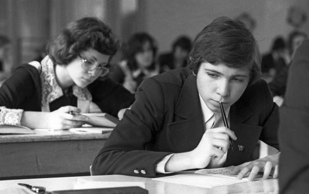 Школьники пишут сочинения во время экзамена по русскому языку (школа 68, Москва, 25 мая 1977 год