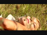 Красивая эротика на природе красивая блондинка.