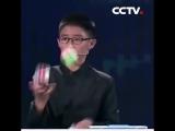 Парень собрал три кубика Рубика, жонглируя ими