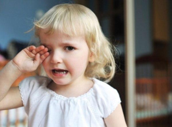 МАМИНЫ ХИТРОСТИ ПРИ КАПРИЗАХ И ПЛАЧЕ Ребенок имеет право плакать, когда ему грустно, когда он устал, обижен или просто так. Эти слезы важны и нужны, поэтому в большинстве случаев стоит дать малышу поплакать. И все-таки, иногда взрослым важно, чтобы ребенок не плакал. Хотя истерику остановить практически невозможно, можно не дать ей начаться. Как это сделать: 1. Напомните о важном деле, для которого нужно отложить плач. («Давай ты попозже поплачешь, а то скоро солнышко сядет, и если ты будешь…