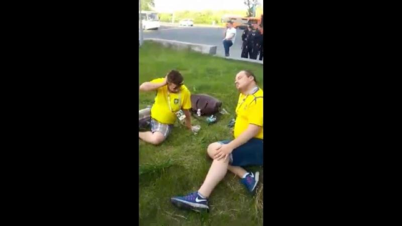 Шведы перебрали после победы команды и спали прямо на газоне