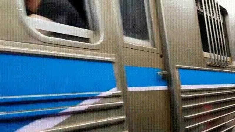 Таиланд. Каждый час здесь проходит поезд. Но местных торговцев это ничуть не смущает