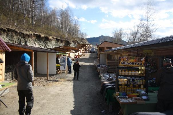 Идём на смотровую площадку через рынок. Много где продают алтайский мёд. Алтайцы вообще-то довольно плохо ведут свои хозяйства, так что это в 95 % случаев мёд с завода. Пусть сырьё и Алтайское даже.