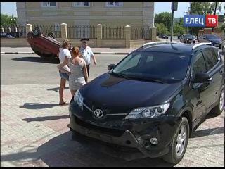 Не поделили перекрёсток: в результате ДТП в Ельце одна из машин перевернулась