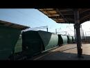 Электровоз ВЛ80К 423 с грузовым поездом и электровоз ЧС4 183 с пассажирским поездом прибывает на станцию Дарница