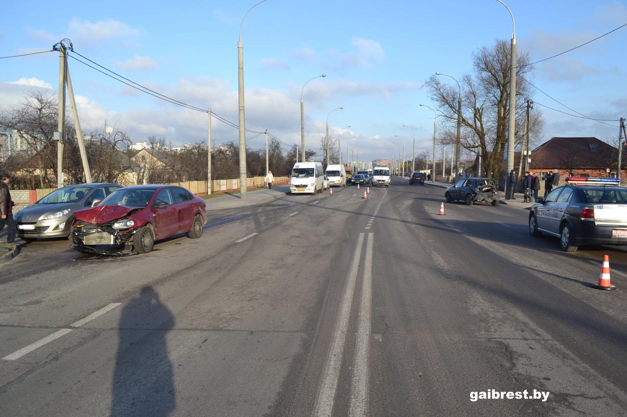 В результате попутного столкновения на ул. Суворова травмирован водитель VW Golf