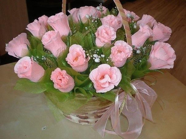 Розы из гофрированной бумаги и конфетами своими руками