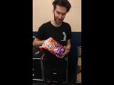 Брайан: Я обожаю послеконцертную еду (держит капсулу для стирки Тайд)
