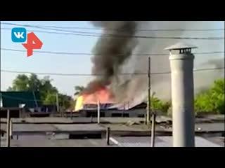 Мощный взрыв во время пожара в омском бараке попал на видео
