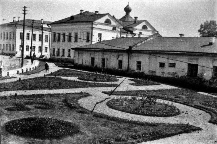 Сквер на Театральной площади, справа — дом купца И. С. Колошина (Московская ул., д. 32), далее видна Екатерининская домовая церковь женской гимназии. 1934 г.