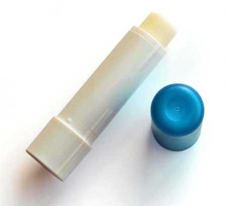 Есть множество преимуществ использования медового бальзама для губ.