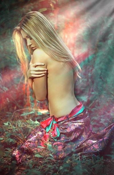 foto-devushka-rukami-zakrivaet-grud