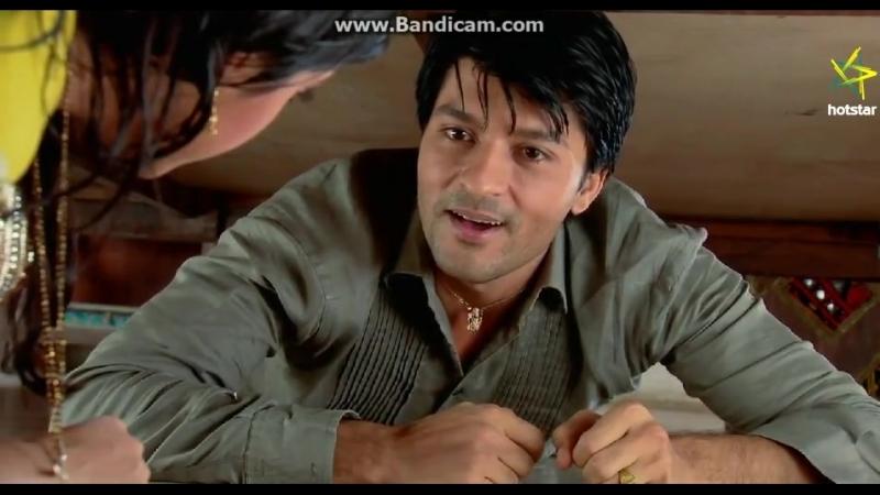 Сурадж подглядывает за Сандьей из-под кровати » Freewka.com - Смотреть онлайн в хорощем качестве