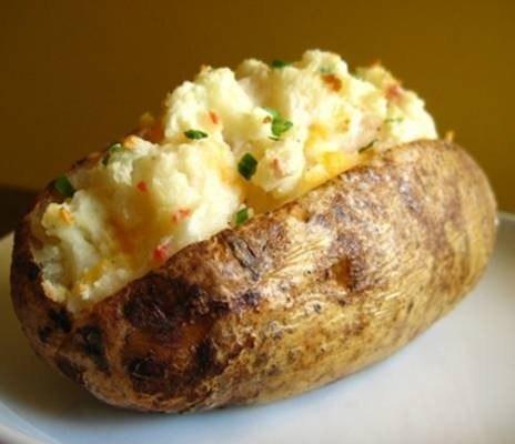 Посмотреть рецепт Запеченный картофель с соусом. перец - по вкусу.