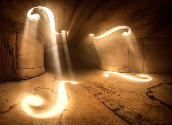 Румынский художник-сюрреалист и фотограф Эдриан Борда (Adrian Borda) создал серию снимков внутри старинной виолончели, вдохновившись рекламными изображениями Берлинского филармонического