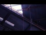 Екатеринбуржец прошел по канату и едва не сорвался с высоты 20-этажного дома, слэклайн засняли на видео