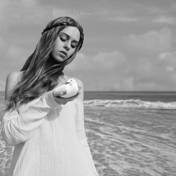Илайда Портакалоглу (Ilayda Portaaloglu) родилась в 1987 в Стамбуле. В четырехлетнем возрасте вместе с родителями переехала в Германию.В школьные года начала интересоваться фотографией.Она