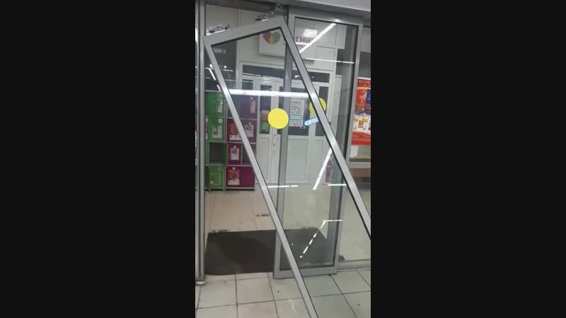 В Казани грабитель продуктового магазина выбил стеклянную дверь, чтобы скрыться _HIGH.mp4