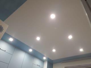 Комбинированный натяжной потолок на кухне с использованием разделительного багета