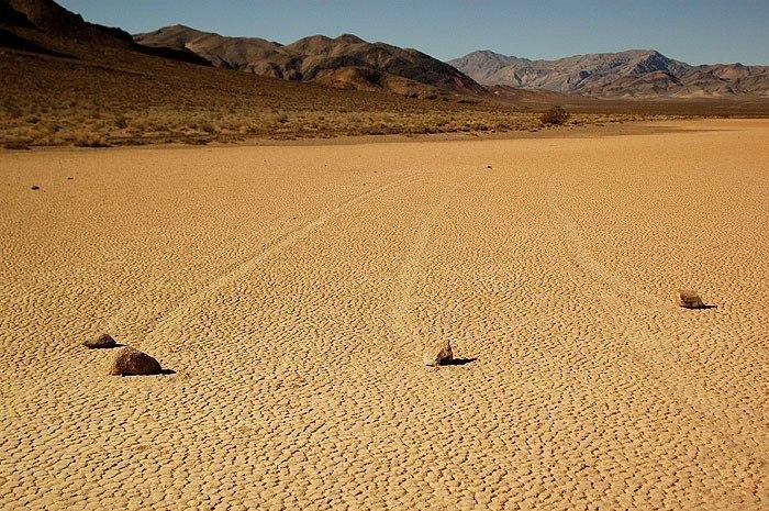 """Движущиеся камни в """"Долине смерти"""""""