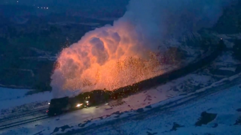 Огненные искры пара в Санданолинской шахтной железной дороге Чинай (декабрь 2016)