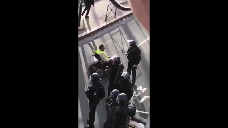 ACTE XVI TOULOUSE UN GILET JAUNE HANDICAPÉ DEMANDE À RÉCUPÉRER SON MASQUE DE PROTECTION. FACE AU REFUS DU POLICIER EN FACE DE LU