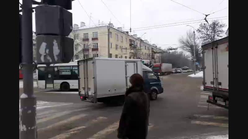 У ДК молодежи столкнулись автобус и Газель
