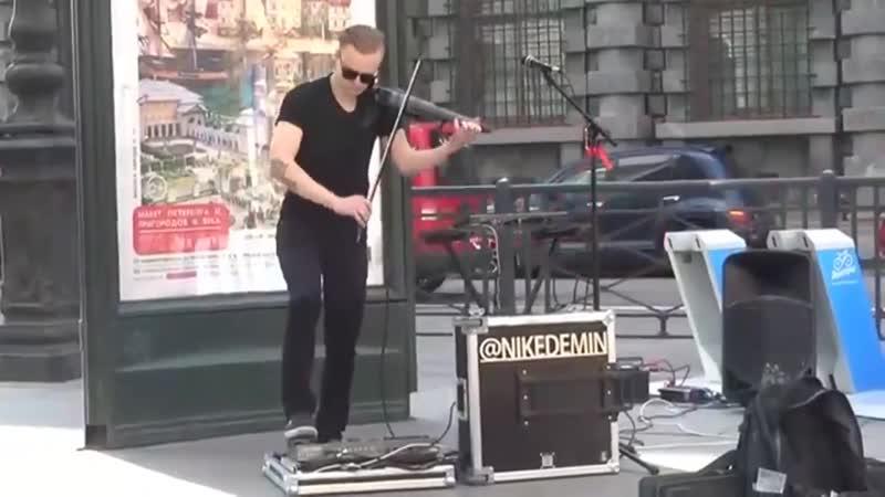 Парень играет на скрипке прямо на улице! Настоящий виртуоз!