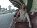 Эксбиционизм. Девушка показывает свои прелести на вокзале