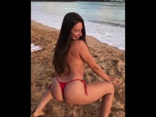 Cassidy klein трсет попкой в купальнике на пляже топлес, секс звезда порно модель