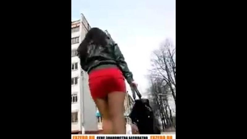 Молодая в крсной короткой юбке пытается убежать. Фото видео упскерт upskirt девушки улиц. чулки мини юбкий короткие платья не по