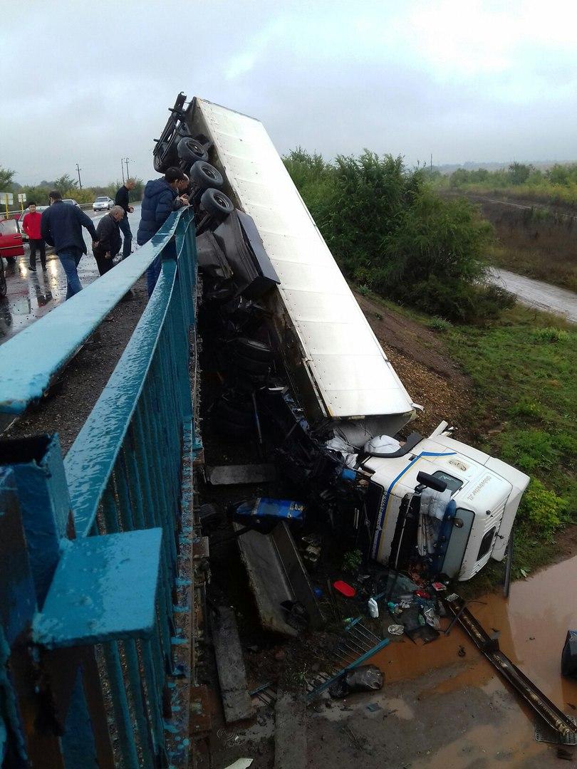 Фото: В Башкирии фура упала с моста