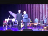 Знаменитый музыкант Анатолий Кролл вручает грамоту Правительства Москвы за многолетний вклад Юрия Нугманова в музыкальную культ