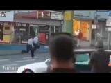 Zwei Polizisten sind mit der Verhaftung eines Afrikaners v