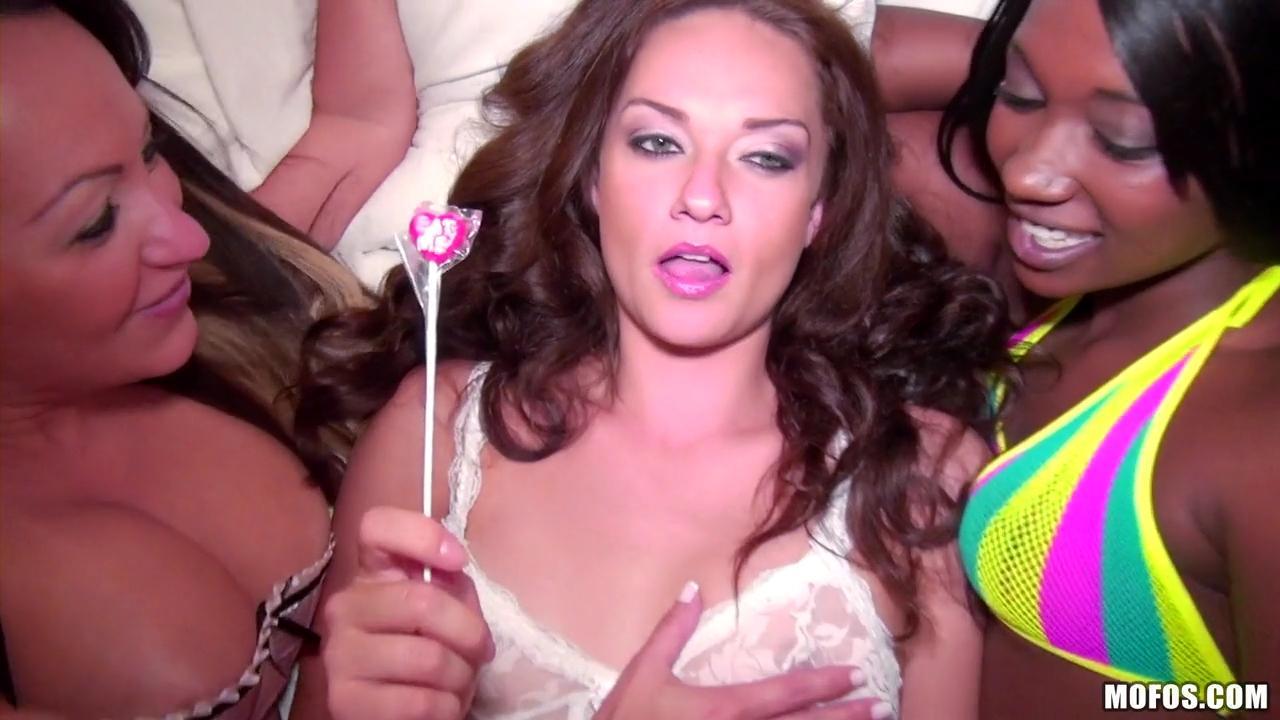 Секс вечеринка свингеров Vanessa Luna, Skylar Nicole, Leona Bella