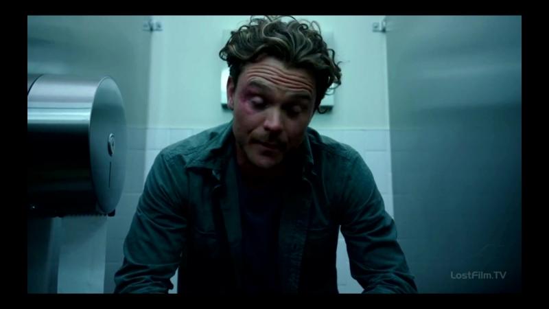 Риггс в туалете говорит с психологом — Смертельное оружие 1х2