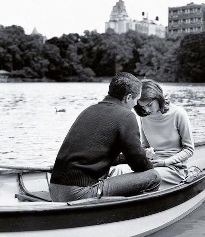 """Он стоял передо мной на коленях и протягивал бархатный ларчик с кольцом. И все было прекрасно в этом порыве: и правильные слова, и теплая атмосфера, и романтическое настроение, и даже стрелки времени жизни показывали """"пора""""... только человек не тот."""