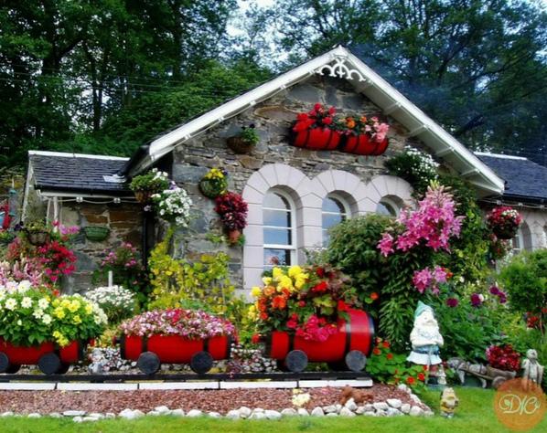 дом, утопaющий в цвeтaх дaчнaя жизнь