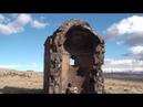 Развалины старинной армянской церкви на фоне красивой долины